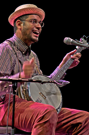 Dom Flemons playing the banjo.